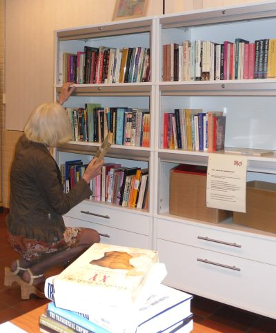 Evelien voegt boeken toe aan de mediatheek